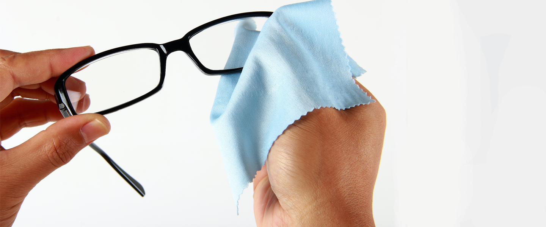 cara membersihkan kacamata